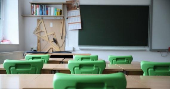 Do szkół podstawowych ma wrócić nauka online: ustalenia dziennikarzy RMF FM potwierdził w Sejmie premier Mateusz Morawiecki. Na lekcje zdalne miałyby być odesłane dzieci z wyższych klas podstawówek. Decyzja - jak zapowiedział rzecznik rządu - zostanie przedstawiona w czwartek.