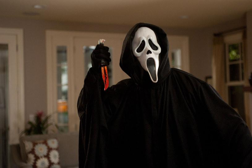 """Trwającej aktualnie realizacji piątej części """"Krzyku"""" towarzyszą podobne problemy, co wszystkim innym produkcjom filmowym na całym świecie. Zdjęcia trzeba przerywać, gdy tylko na planie pojawią się jakieś osoby zakażone koronawirusem. Praca posuwa się jednak do przodu i z tego, co mówi Roger L. Jackson, który w serii """"Krzyk"""" użycza głosu filmowemu mordercy Ghostface'owi, widzowie mogą spodziewać się pewnej rewolucyjnej zmiany."""