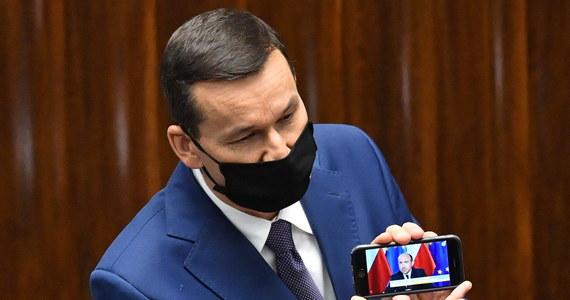 Politycy partii obozu władzy i opozycji wykorzystali posiedzenie Sejmu do rzucania wzajemnych oskarżeń dotyczących walki z pandemią. Gorąco w izbie niższej zaczęło się robić, gdy premier Morawiecki odtworzył nagranie ze słowami Borysa Budki. Inny archiwalny filmik - tym razem z premierem w roli głównej - pokazał poseł Konfederacji Artur Dziambor.