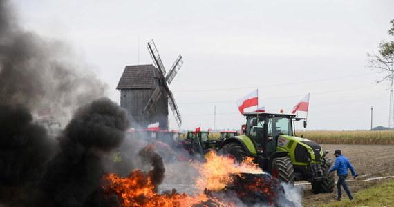"""Podobnie jak dwa tygodnie temu, dzisiaj rolnicy ponownie wyjechali na drogi w całej Polsce i protestowali przeciwko tak zwanej """"piątce Kaczyńskiego"""". Utrudnienia występowały w ponad 200 miejscach kraju i zakończyły się po godz. 18. Przed południem policja zatrzymała podczas protesu w Koszutach lidera Agrounii Michała Kołodziejczaka. Służby poinformowały, że po ustaleniu jego tożsamości, został zwolniony."""