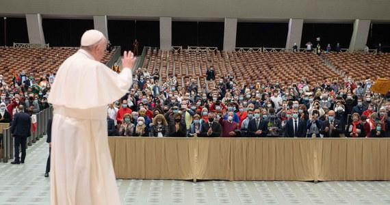 """Prezes Katolickiej Agencji Informacyjnej ma wątpliwości, czy słowa papieża o prawie osób homoseksualnych do tworzenia rodzin należy rozumieć jako zachętę do wprowadzania przepisów o związkach partnerskich. """"Potrzebne jest doprecyzowanie ze strony rzecznika Watykanu"""" - mówi RMF FM Marcin Przeciszewski i dodaje, że papież często używa nieprecyzyjnych sformułowań. Kontrowersje wzbudziły słowa, jakie papież Franciszek wypowiedział w filmie dokumentalnym. """"Osoby homoseksualne mają prawo do bycia w rodzinie. Są dziećmi Boga i mają prawo do rodziny"""" – powiedziała głowa Kościoła w filmie """"Francesco""""."""