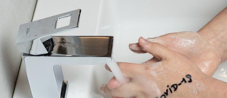 """Wirus SARS-CoV-2 może pozostawać na skórze dłoni bez mycia do 9 godzin. W tym czasie jest aktywny i ma potencjał do zakażania, wynika z badania opublikowanego w naukowym piśmie """"Clinical Infectious Diseases""""."""