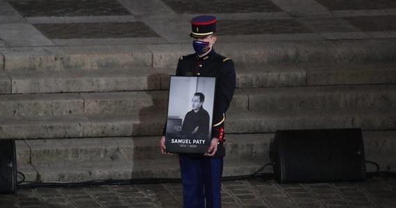 Zabójca nauczyciela historii Samuela Paty'ego zidentyfikował go tylko dzięki pomocy dwóch licealistów – 14- i 15-letniego. Wskazali mu ofiarę w zamian za 300-350 euro - potwierdził francuski prokurator ds. terroryzmu Jean-Francois Ricard.