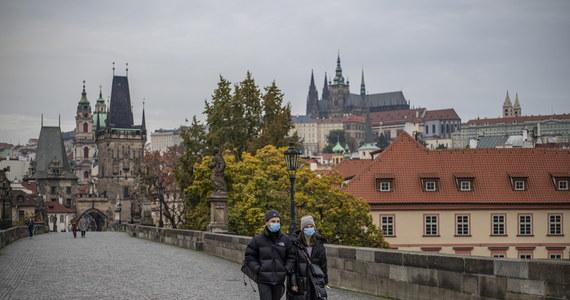 Po raz pierwszy w Czechach przybyło w ciągu doby prawie 15 tysięcy nowych przypadków koronawirusa. Od dziś ten u naszego południowego sąsiada obowiązują obostrzenia, które mają zmniejszyć liczbę kontaktów między ludźmi.