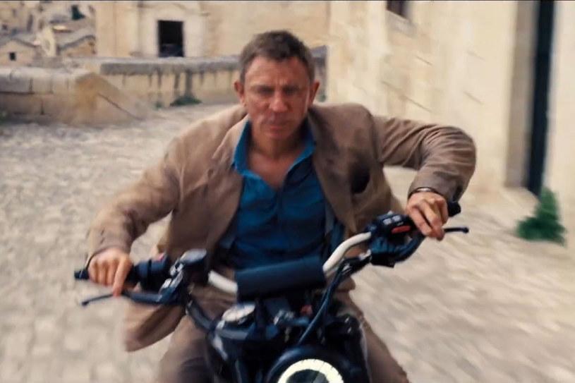 """Budżet bardzo oczekiwanego filmu """"Nie czas umierać"""" wyniósł 250 mln dolarów. Na co poszły pieniądze? Sporo kosztowało chociażby 8400 galonów Coca-Coli, którą wylano na... bruk, by opony supermotocykla agenta 007 miały lepszą przyczepność."""