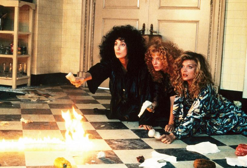 """Susan Sarandon dopiero po latach od premiery """"Czarownic z Eastwick"""" (1987) wyznała pewien sekret związany z tą produkcją. Otóż choć dostała angaż do filmu, to zagrała inną rolę niż się spodziewała. Tę, która była przeznaczona dla niej - jak relacjonuje - ukradła jej Cher. Do tej wolty doszło po tym, jak Cher wdała się w romans z producentem """"Czarownic..."""". Historię związaną z niespodziewaną zamianą ról przytoczył portal Page Six, powołując się na rozmowę Susan Sarandon ze scenarzystą """"Czarownic...""""."""