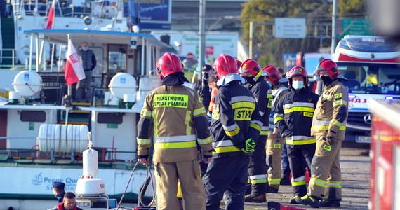 Do nieszczęśliwego wypadku doszło w Szczecinie na Wałach Chrobrego. Do Odry wjechał samochód osobowy. Kierowca wrzucił wsteczny bieg i wjechał do rzeki. Niestety, nie udało się go uratować.