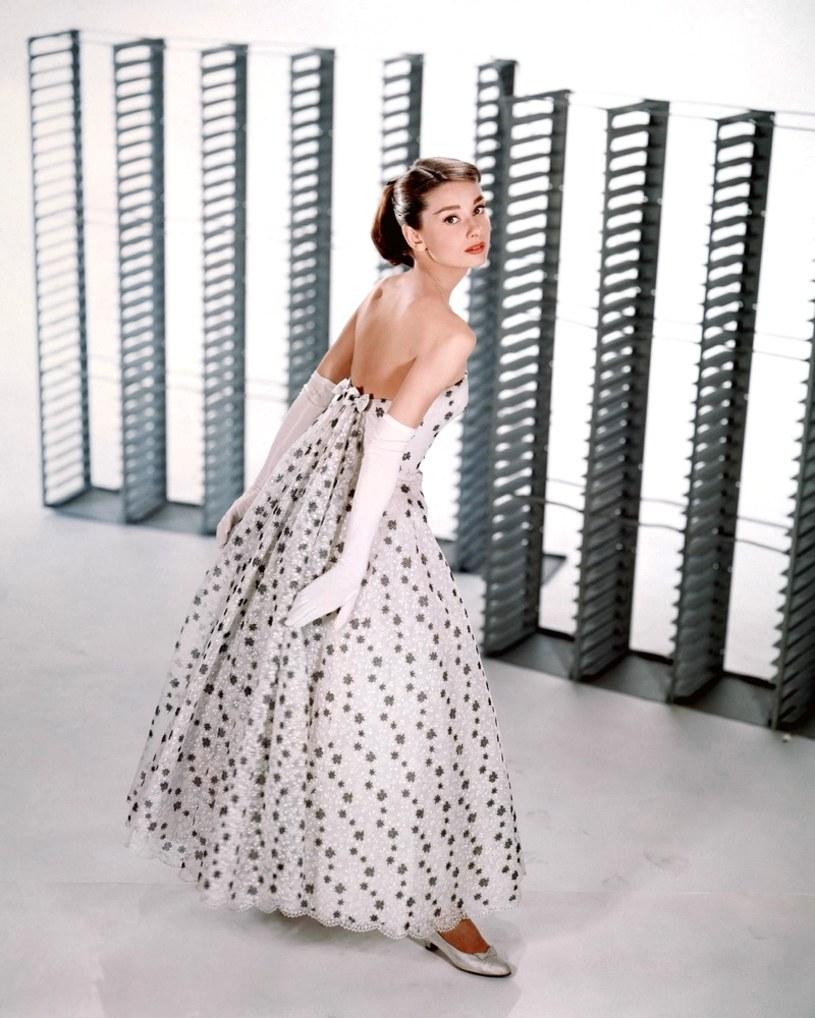 """Ikona mody, legenda dużego ekranu, jedna z największych gwiazd Złotej Ery Hollywood - Audrey Hepburn to postać, której sława nie mija mimo upływu lat. Wielbionej przez miliony fanów aktorce poświęcono dokument, który ukaże się pod koniec listopada. Film """"Audrey: More Than An Icon"""" nie tylko przypomni największe sukcesy laureatki Oscara, ale też rzuci nowe światło na jej trudne dzieciństwo i dorastanie w Holandii pod okupacją hitlerowską."""