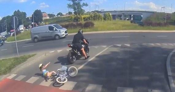 25 czerwca na rondzie Ofiar Katastrofy Smoleńskiej w Olsztynie motocyklista potrącił kilkuletnią dziewczynkę, która przejeżdżała rowerem przez jezdnię tak zwaną śluzą rowerową. Teraz mężczyznę czeka proces.
