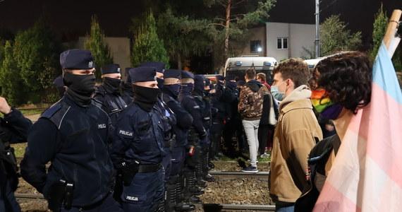 Około tysiąca osób pojawiło się przed gmachem Trybunału Konstytucyjnego, by protestować przeciwko czwartkowemu wyrokowi TK, który orzekł, że aborcja z powodu ciężkiej wady płodu jest niezgodna z konstytucją. Przed godziną 21 uczestnicy demonstracji zdecydowali się przejść na ulicę Nowogrodzką, gdzie znajduje się siedziba Prawa i Sprawiedliwości. Policja zamknęła ulicę, nie dopuszcza nikogo przed siedzibę partii rządzącej. Później manifestacja przeszła przed dom Jarosława Kaczyńskiego. Tam sytuacja się zaostrzyła.