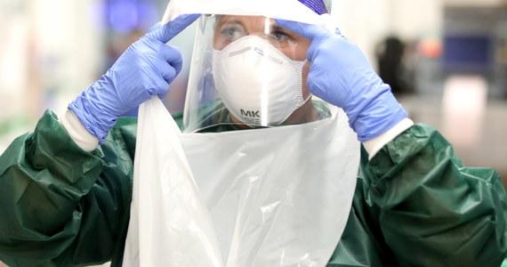 Najprawdopodobniej nie osiągnęliśmy jeszcze szczytu epidemii. Liczba przypadków raczej będzie rosła - podkreślił w rozmowie z PAP specjalista chorób zakaźnych prof. Miłosz Parczewski. Zaznaczył, że wzrost liczby zakażeń wydaje się trudny do powstrzymania.