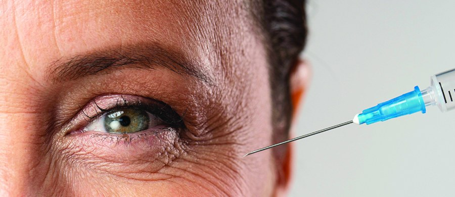 Z biegiem czasu na twarzy pojawiają się tzw. kurze łapki przy oczach lub zmarszczki przy policzkach i na czole. Dla niektórych osób, szczególnie kobiet, często stanowią one nieestetyczny problem i nieubłagalnie przypominają o upływie lat. Potrafią nawet nieraz przysporzyć kompleksów. Czy można je w jakiś sposób wypełnić, aby nie były widoczne? Na to pytanie odpowiada lekarz dermatolog, Agnieszka Drożniak-Konstanty.