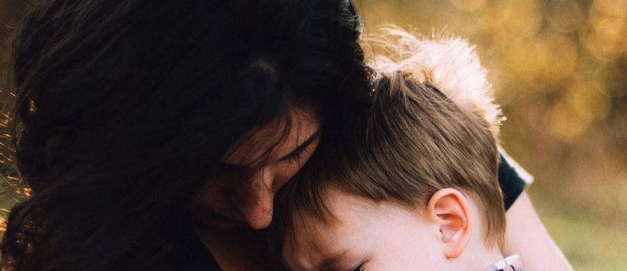 """Co trzecie rozstanie przebiega w nerwowej atmosferze. Z tego powodu cierpią zwłaszcza dzieci – prawie co drugie jest świadkiem kłótni rodziców, a co piąte w nich uczestniczy. Raport z badania pt. """"Dziecko w czasie rozstania rodziców"""" rzuca światło na proces rozpadu polskich rodzin oraz wskazuje jego psychologiczne i społeczne konsekwencje, ze szczególnym uwzględnieniem perspektywy dziecka. Raport jest elementem kampanii społecznej """"Rozchodzi się o dzieci""""."""