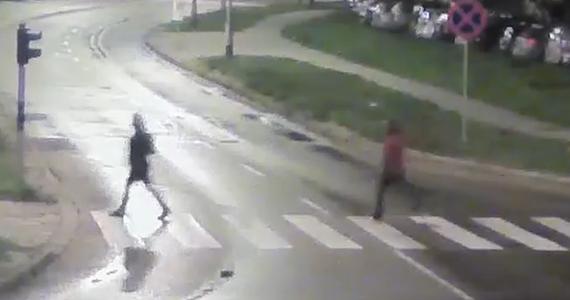 W szpitalu zmarł 27-letni mężczyzna zaatakowany przez nożownika w olsztyńskiej dzielnicy Jaroty. Rodzina zmarłego i policją proszą o pomoc w ustaleniu, kto jest napastnikiem. Na stronie internetowej komendy w Olsztynie opublikowano film z zapisu kamer monitoringu, na którym widać kobietę i mężczyznę.