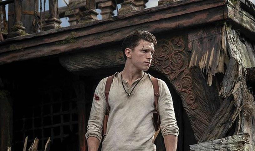 """O historii powstania przygodowej gry """"Uncharted"""" i próbach przeniesienia jej na duży ekran można by napisać książkę. Po latach zapewnień, że taki film powstanie, fani gry w końcu mogą mieć pewność, że rzeczywiście tak będzie. Wcielający się w rolę głównego bohatera filmu Tom Holland zaprezentował pierwsze zdjęcie z planu, na którym widać go w pełnej charakteryzacji."""