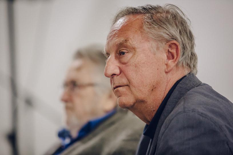 Jest współautorem scenariuszy do 17 filmów Krzysztofa Kieślowskiego. Dzięki praktyce adwokackiej, znał całą masę niesamowitych historii, do których Kieślowski nie miał dostępu. W niedzielę, 25 października, Krzysztof Piesiewicz obchodzi 75 urodziny.