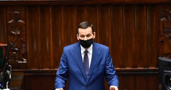 """""""Powaga sytuacji w pandemii wymaga szybkich zdecydowanych działań, dlatego od soboty na terenie całej Polski obowiązują nowe zasady bezpieczeństwa: cała Polska będzie czerwoną strefą""""  - powiedział w piątek w wystąpieniu telewizyjnym premier Mateusz Morawiecki."""