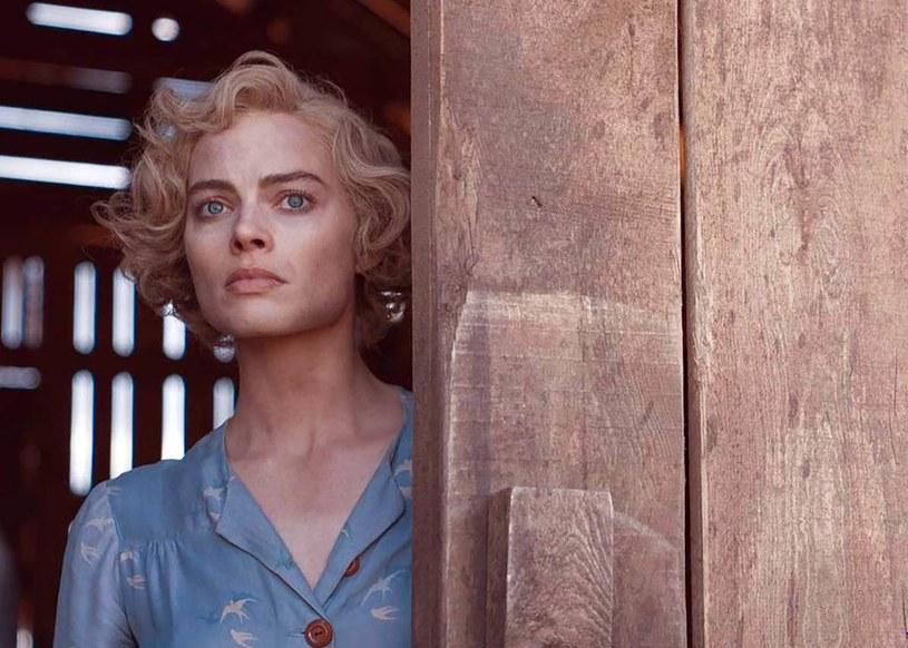 """Burze piaskowe, naga Margot Robbie, która kąpie się w jeziorze, ale też trzyma w dłoni sierp i nie waha się go użyć. To tylko kilka mocnych momentów zwiastuna filmu """"Dreamland""""."""