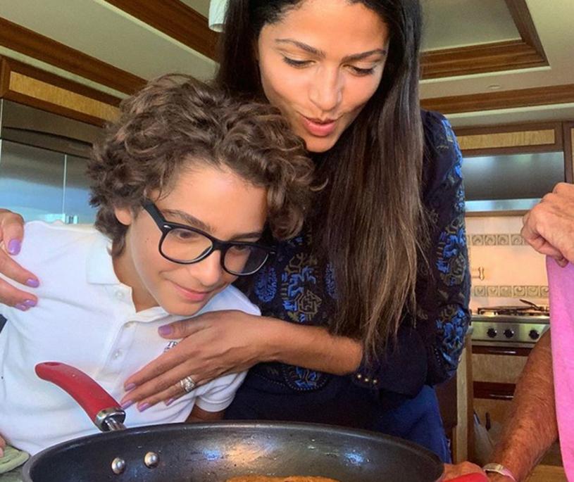 Camila Alves McConaughey, żona jednego z najpopularniejszych i najprzystojniejszych gwiazdorów Hollywood, opublikowała na Instagramie zdjęcie, do którego pozuje z ich synem Levim. Internauci od razu zauważyli, że chłopiec jest uderzająco podobny do ojca.