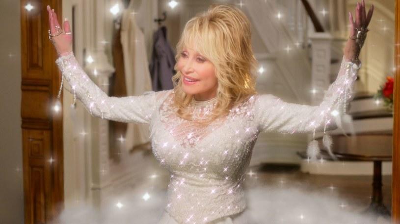 """Premierę filmu """"Dolly Parton: """"Cudownych Świąt!"""" (""""Christmas on the Square"""") w reżyserii Debbie Allen zapowiedziano na 22 listopada. A teraz opublikowano zwiastun tego musicalu z udziałem jednej z największych gwiazd muzyki country."""