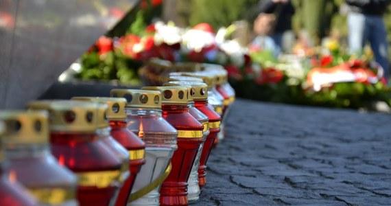 O odwołanie mszy św. i nabożeństw na cmentarzach w uroczystość Wszystkich Świętych zaapelował prymas Polski abp Wojciech Polak. Prymas zwrócił się też z prośbą, by 1 listopada nie organizować na cmentarzach tradycyjnych procesji.