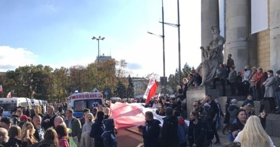 Około godz. 18 w sobotę w okolicach Pl. Defilad w Warszawie zakończył się protest przeciwników obostrzeń wprowadzonych w pandemii koronawirusa i koronasceptyków. Pałacem Kultury i Nauki na Placu Defilad protestowało kilka tysięcy osób. Rzecznik stołecznej policji Sylwester Marczak podał, że zgodnie z danymi na godz. 17 policjanci zatrzymali ponad 120 osób.