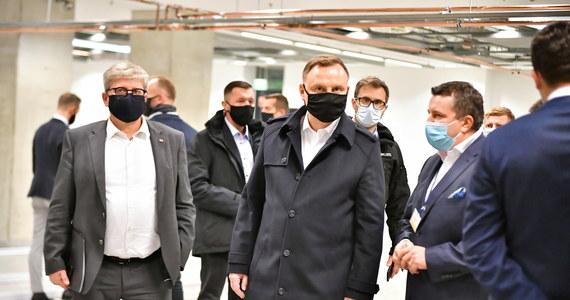 """""""Czuję się dobrze i najbliższe dni spędzę w samoizolacji, będę pracował zdalnie, nie ma z tym żadnego problemu, jestem w pełni sił, mam nadzieję, że tak pozostanie"""" - oświadczył w sobotę prezydent Andrzej Duda, u którego stwierdzono zakażenie koronawirusem."""