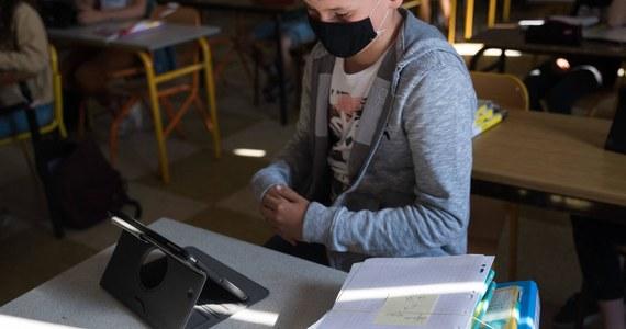 """Pandemia koronawirusa wpływa na polskie szkolnictwo. Zgodnie z nowym rozporządzeniem lekcje w klasach IV-VIII szkół podstawowych będą odbywały się online. Zdalnie nauczanie wprowadzono także w liceach, technikach i innych placówkach ponadpodstawowych oraz na uczelniach. Zmiany będą obowiązywały do 8 listopada. """"Zobaczymy, czy wprowadzane obecnie przez rząd ograniczenia przyniosą efekt wyhamowania wzrostu zakażeń"""" – skomentował minister edukacji i nauki Przemysław Czarnek."""