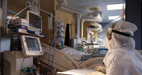 11 742 - tyle nowych przypadków zakażenia koronawirusem w Polsce odnotowało w ciągu ostatniej doby Ministerstwo Zdrowia. Z powodu Covid-19 zmarło łącznie 87 osób. 83 z nich miało choroby współistniejące. W szpitalach przebywa obecnie 11 887 pacjentów. 947 z nich jest podłączonych do respiratorów. Wykonano ponad 53,5 tys. testów.