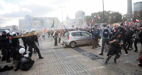 W sobotę w Warszawie zostało zatrzymanych 278 osób, w 27 przypadkach doszło do zatrzymań prewencyjnych; czterech policjantów doznało obrażeń. Konieczność działań przywracających porządek dot. głównie tzw. protestu antyszczepionkowców - poinformował w niedzielę rzecznik KSP Sylwester Marczak.