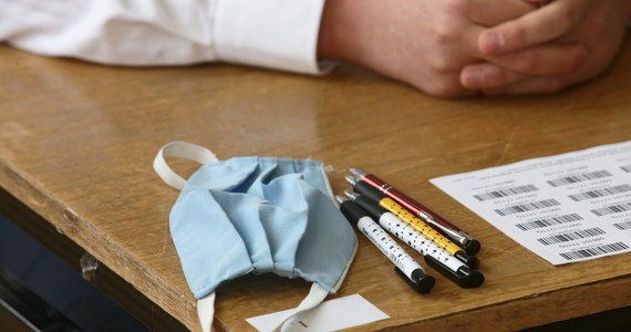 """""""Najbardziej poszkodowani z powodu przejścia na naukę zdalną są 8-klasiści, maturzyści i uczniowie szkół zawodowych podchodzący do egzaminów"""" - oświadczył w telewizyjnym wywiadzie minister edukacji i nauki Przemysław Czarnek. Zapowiedział dostosowanie wymagań na egzaminach w tym roku szkolnym do sytuacji wywołanej epidemią koronawirusa."""