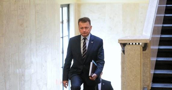 """""""Po przebyciu kwarantanny miałem zrobiony test na obecność koronawirusa; wynik niestety jest dodatni; czuję się dobrze"""" - poinformował na Twitterze minister obrony narodowej Mariusz Błaszczak."""