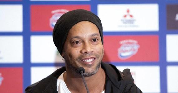 Słynny brazylijski piłkarz Ronaldinho poinformował na swoim profilu na jednym z portali społecznościowych, że otrzymał pozytywny wynik testu na obecność koronawirusa. Zakażenie przechodzi bezobjawowo.