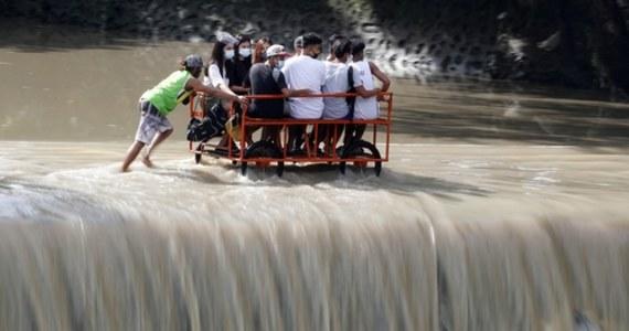 Tajfun Molave o szybkości wiatru dochodzącej do 180 km/godz zaatakował w poniedziałek Filipiny wyrządzając poważne zniszczenia i zmuszając ok. 45 tys. wieśniaków do szukania schronienia w szkołach i budynkach rządowych - poinformowały władze.