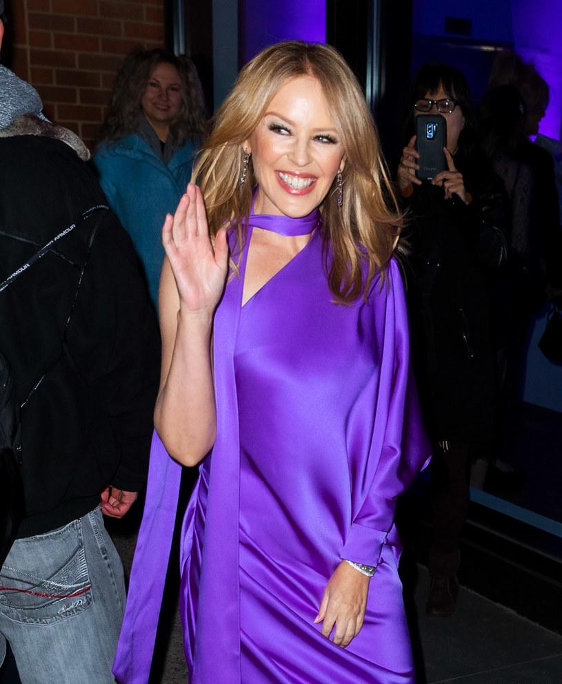 """6 listopada ukaże się nowe wydawnictwo australijskiej wokalistki - """"Disco"""". W najnowszym wywiadzie Kylie Minogue określiła muzykę na tej płycie mianem """"pandemicznego disco"""", które nadaje się do tańczenia w domu. Album nagrała w swojej londyńskiej rezydencji, a dokładnie w studio, które urządziła w salonie."""