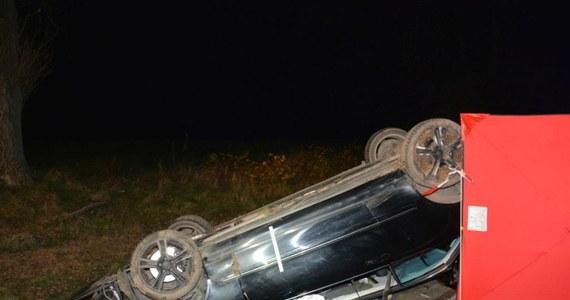 Tragiczny wypadek w Makowisku na drodze wojewódzkiej nr 865 Jarosław-Lubaczów na Podkarpaciu. 18-letni kierowca na zakręcie stracił panowanie nad autem, zjechał do przydrożnego rowu i dachował. Na miejscu zginęła 16-letnia mieszkanka powiatu jarosławskiego na Podkarpackiu. Kierowca i dwóch 17-letnich pasażerów nie odniosło obrażeń. Sprawę wyjaśnia policja pod nadzorem prokuratury.