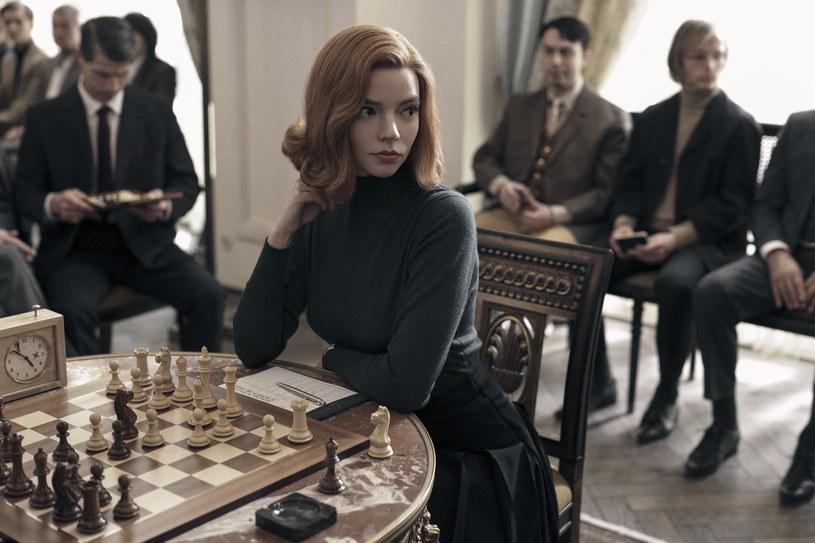"""Anyę Taylor-Joy, znaną z ról w filmach """"Emma"""", """"Split"""" i """"Glass"""", możemy teraz oglądać w nowym serialu Netfliksa zatytułowanym """"Gambit królowej"""". Amerykańska aktorka wcieliła się w nim w postać genialnej, acz dręczonej nałogami młodej szachistki Beth Harmon. Taylor-Joy przyznaje, że pod wieloma względami utożsamia się ze swoją bohaterką. """"Jej doświadczenia były dla mnie niesamowicie realne. Natychmiast ją zrozumiałam"""" - zdradza. I dodaje, że tym, co łączy ją z jej bohaterką jest """"ekstremalna samotność""""."""