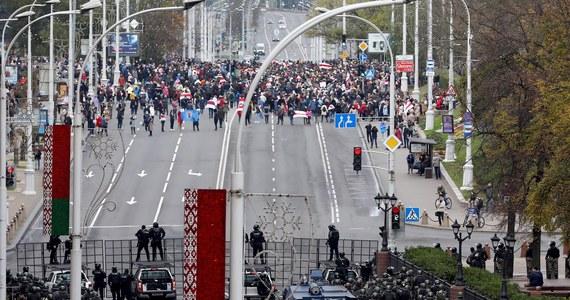 523 osoby zatrzymała białoruska milicja podczas protestów, które odbyły się w niedzielę w kilkunastu miastach kraju - podało w poniedziałek MSW Białorusi. Ministerstwo powiadomiło, że protesty odbyły się we wszystkich miastach obwodowych (wojewódzkich).