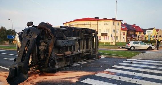 Do groźnego wypadku doszło w Lubinie w woj. dolnośląskim. Na skrzyżowaniu ul. Jana Pawła II z ul. Hutniczą kierowca ciężarówki nie ustąpił pierwszeństwa i zderzył się z osobowym volkswagen. 45-letnia kobieta i jej syn trafili do szpitala. Kierowca ciężarówki był nietrzeźwy. O ogromnym szczęściu może natomiast mówić pieszy, który kilka sekund przed zderzeniem tuż obok przechodził przez pasy.