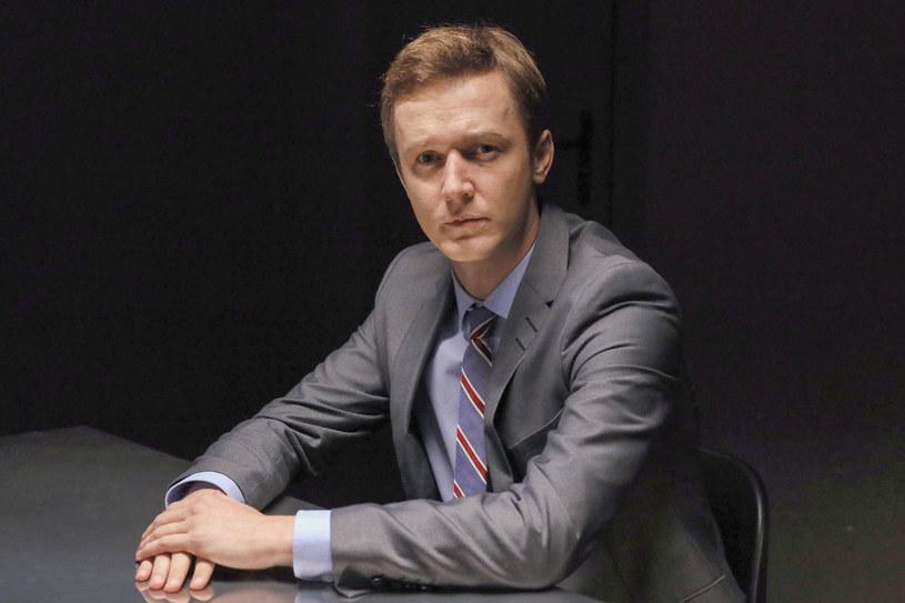 """W postaci, którą tworzę w serialu """"Chyłka"""", mogę sobie pozwolić na więcej, dodać coś od siebie i trochę się tym bawić -  mówił Filip Pławiak o swojej roli w trzecim już sezonie serialu """"Chyłka""""."""