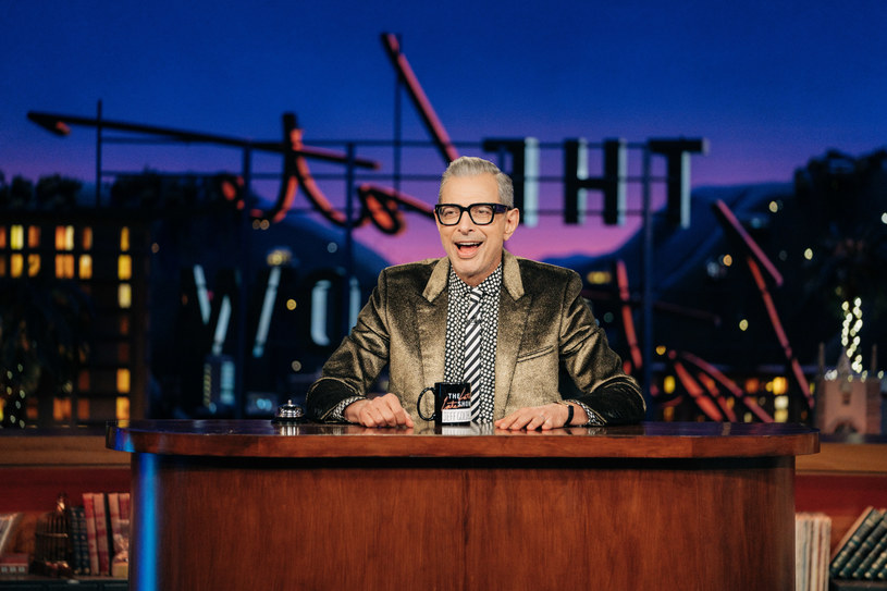 """Jeff Goldblum, znany m.in. z filmów """"Park Jurajski"""" i """"Dzień Niepodległości"""", uchodzi obecnie za jednego z najciekawiej ubranych mężczyzn w Hollywood. Zamiłowanie do mody zaszczepił w nim słynny stylista Andrew Thomas Vottero, dzięki któremu nauczył się on """"odzwierciedlać swoją wrażliwość poprzez ubiór"""". """"Lubię fantazjować o wszystkich ubraniach, które wciąż na mnie czekają"""" - zwierza się gwiazdor."""