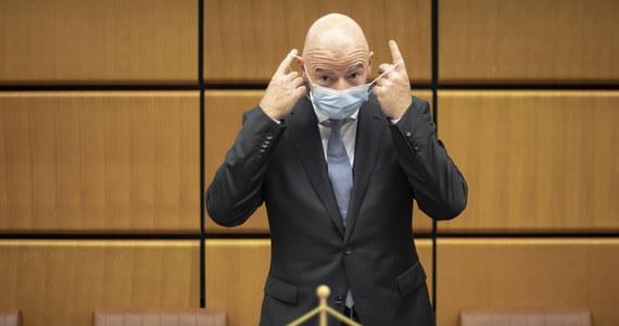 Prezydent Międzynarodowej Federacji Piłki Nożnej (FIFA) Gianni Infantino miał pozytywny wynik badania na koronawirusa - poinformowano w komunikacie. Szwajcar ma tylko łagodne objawy i podda się izolacji przez co najmniej 10 dni.