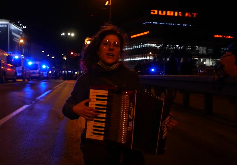 """Tysiące odtworzeń w mediach społecznościowych, setki udostępnień i status nieoficjalnego hymnu strajku kobiet zdobyła polska wersja piosenki """"Bella Ciao"""" spopularyzowanej przez serial Netflixa """"Dom z papieru""""."""