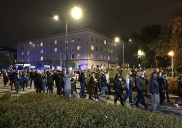 """Przed mieszkaniem Krystyny Pawłowicz zgromadzili się protestujący. """"Terroryści przed moim domem"""""""