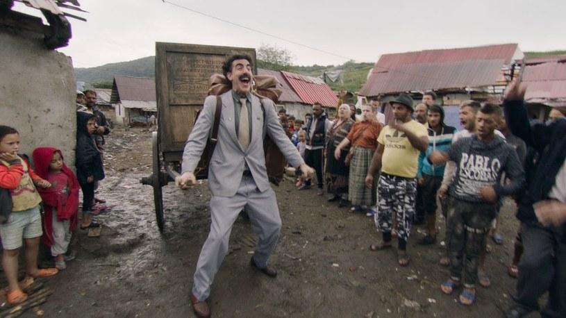 """""""Kolejny film o Boracie"""", kontynuacja hitowej komedii z 2006 roku, to film, o którym w ostatnich dniach jest najgłośniej. Komedia z Sachą Baronem Cohenem w roli głównej pojawiła się na Amazon Prime w piątek 23 października i od tego dnia jej bohaterowie nie schodzą z pierwszych stron portali. Popularność filmu postanowiono wykorzystać w Kazachstanie, z którego pochodzi Borat. W nowej kampanii reklamowej zachęcającej do odwiedzenia Kazachstanu wykorzystane zostało powiedzonko Borata """"Very nice!""""."""
