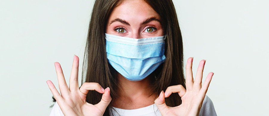 Obserwując ostatnie statystyki przyrostu zachorowań, wydaje się, że koronawirus rozszalał się na dobre. Jednym z bardzo ważnych elementów ochrony przed Covid-19 są maseczki, które powinniśmy nosić szczególnie w miejscach publicznych. Czy ma znaczenie, jaki rodzaj maseczki wybieramy i czy może ona wpłynąć na naszą skórę twarzy? O tym, jaki materiał wybrać oraz jak zadbać o cerę nosząc maskę, opowiada lekarz dermatolog Agnieszka Drożniak-Konstanty.
