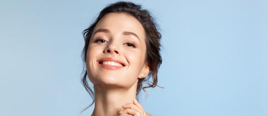Cera każdego z nas ma inne potrzeby i wymagania. W sklepach kosmetycznych i drogeriach odnajdziesz różnorodne produkty – polskie kosmetyki naturalne, konwencjonalne artykuły krajowe i zagraniczne. Świadomy dobór odpowiedniej pielęgnacji nie jest prostą sprawą, ale warto poświęcić jej trochę uwagi. Zadbana, zdrowa i promienna cera to klucz do pięknego wyglądu i dobrego samopoczucia.