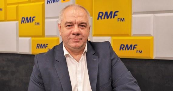 """Lockdownu na wzór tego, jaki wprowadzono w Niemczech czy we Francji nie będzie. Jak powiedział wicepremier Jacek Sasin, obostrzenia wprowadzone w Polsce w związku z epidemią koronawirusa różnią się od tych np. u naszego zachodniego sąsiada zakazem wychodzenia z domu. """"My takich działań nie planujemy"""" - powiedział gość Porannej rozmowy w RMF FM. Dodał, że rząd w swoich decyzjach kieruje się opiniami ekspertów. """"Ważne jest, aby te obostrzenia nie szły na tyle daleko, żeby zrujnować polską gospodarkę"""" – oświadczył minister aktywów państwowych, który ma za sobą już piątą kwarantannę."""