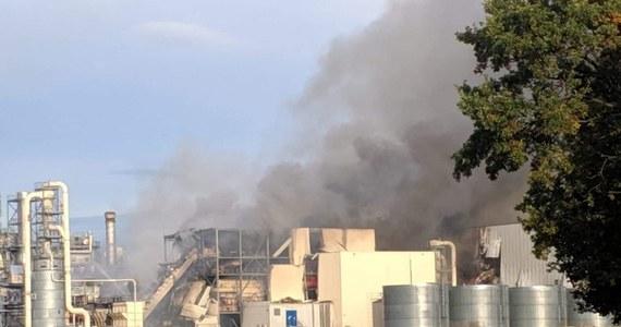Już ponad 12 godzin trwa akcja strażaków gaszących pożar w zakładzie produkującym płyty wiórowe w Strzelcach Opolskich. Na miejscu nadal jest około 20 strażackich wozów. Na szczęście z powodu pożaru nikt nie ucierpiał.
