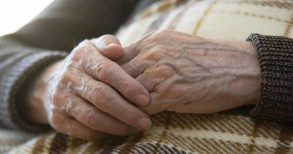 96-letnia mieszkanka podełckiej wsi wybrała się pieszo do zegarmistrza w Ełku. Przeszła sama 10 km, jednak nie miała już siły wrócić do domu. Policjanci, u których seniorka szukała pomocy, odwieźli ją do rodziny.